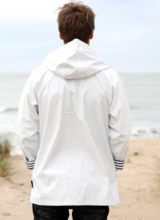 cire-blanc-dos-homme-sable-et-mer